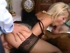 Milf Dolly Golden Threesome Scene: Affari in Famiglia